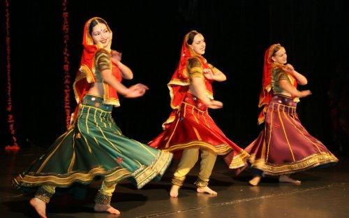 Театр в Индии Особо популярен в Индии национальный театр катхакали который зародился в южной стороне этой страны В основе катхакали лежит религиозный ритуал
